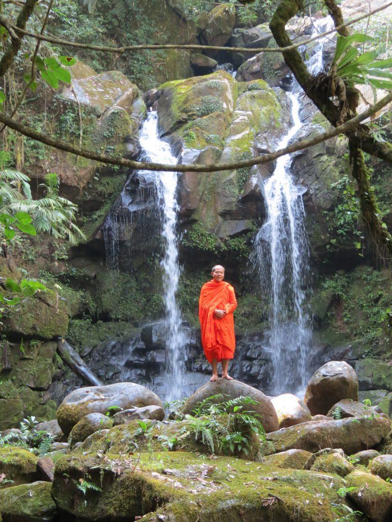 Bo Kluea Wasserfall Mönch Thailand by Birgit Strauch Shiatsu & Bewusstseinscoaching
