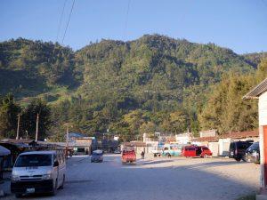 Busbahnhof Bus und Menschen in Barillas in Guatemala by Birgit Strauch Shiatsu & Bewusstseinscoaching
