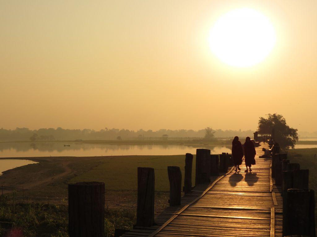 Mönch U Bein Brücke Mandalay Sonnenaufgang by Birgit Strauch Bewusstseinscoaching & Shiatsu