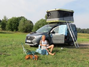 it dem Minicamper nach Talsi Wildcampen am See in Lettland by Birgit Strauch