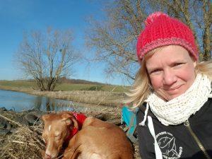 Mit dem Lieblingshund an der Elbe by Birgit Strauch