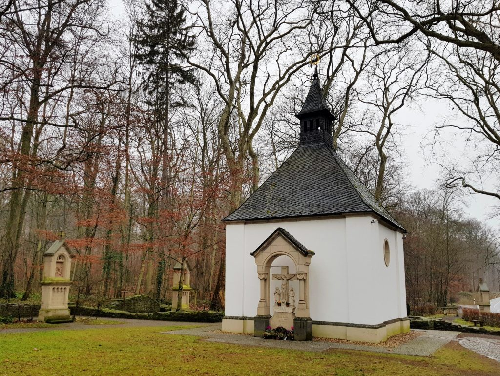 Waldkapelle an der Tomburg in der Eifel