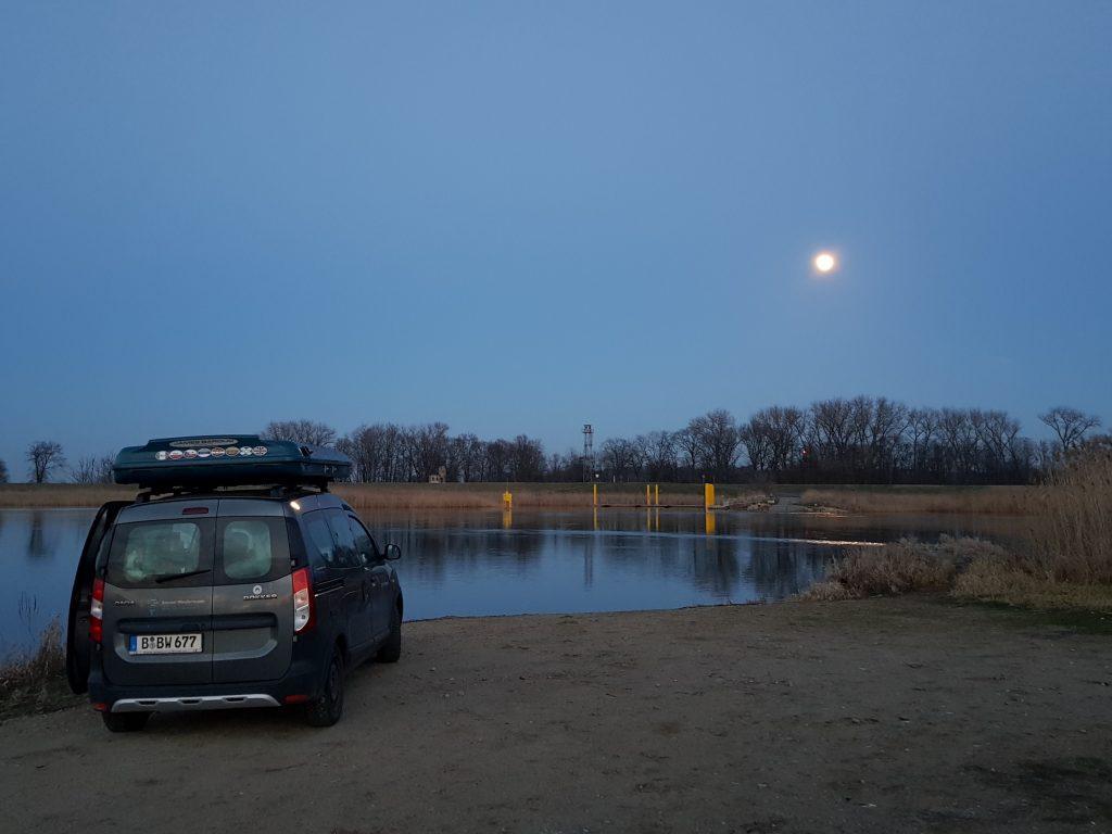 Eine Nacht im Dokker Minicamper an der Oder by Birgit Strauch
