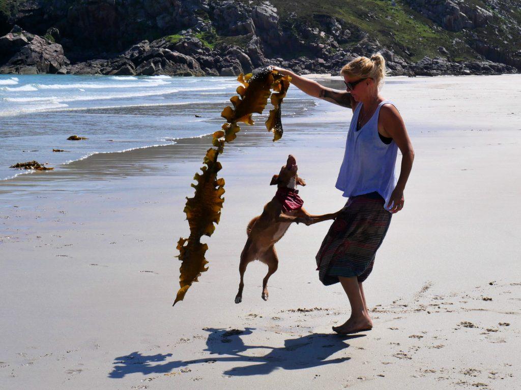 Mit Hund am Ceannabeinne Strand by Birgit Strauch